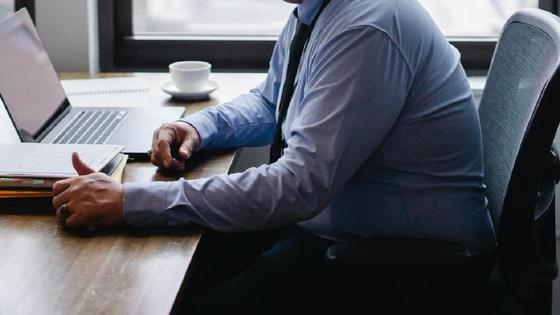 Мужчина в рубашке за столом