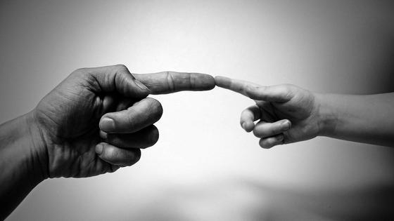 Детская и взрослая рука