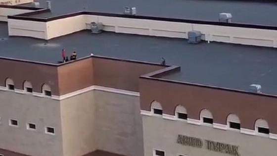 Дети устроили игры на крыше паркинга