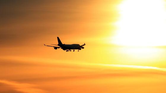 Пассажирский самолет летит в небе