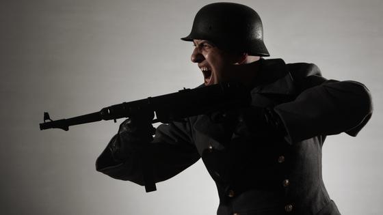 Военный с автоматом