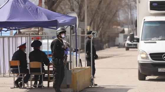 Полицейские и военные стоят на блокпосту