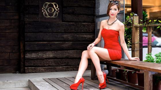 Девушка в красном коротком платье