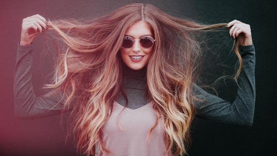 Девушка с длинными волосами улыбается