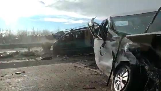 Две машины, пострадавшие в ДТП, стоят на трассе