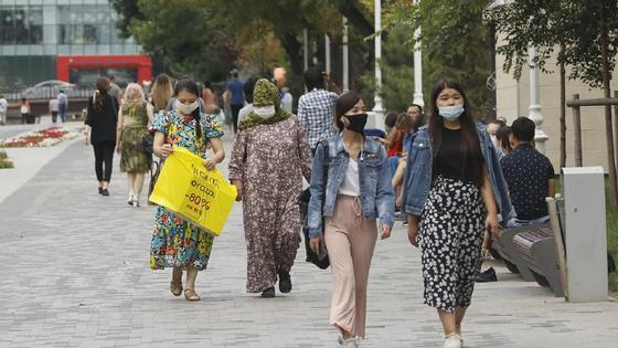 девушки в масках идет по городу
