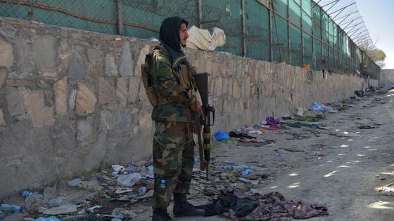 Разбросанные вещи около места взрыва в Кабуле