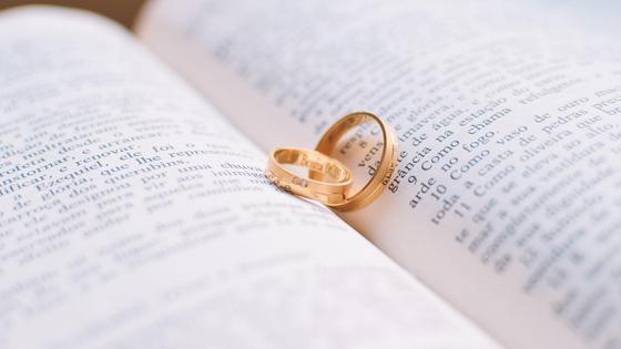 Обручальное кольцо между страниц книги