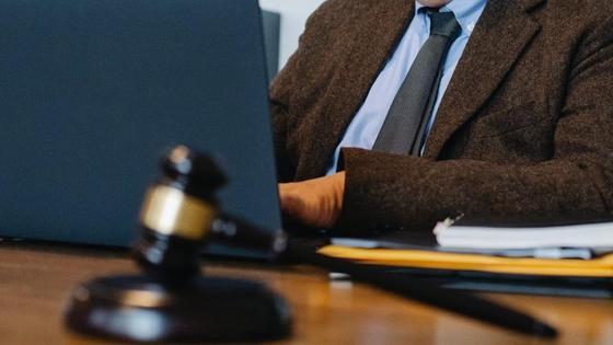 Судья сидит за ноутбуком