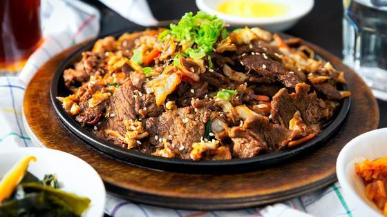 Блюдо из говядины на тарелке на столе