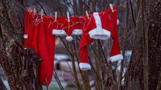 Одежда на веревке, новогодний костюм