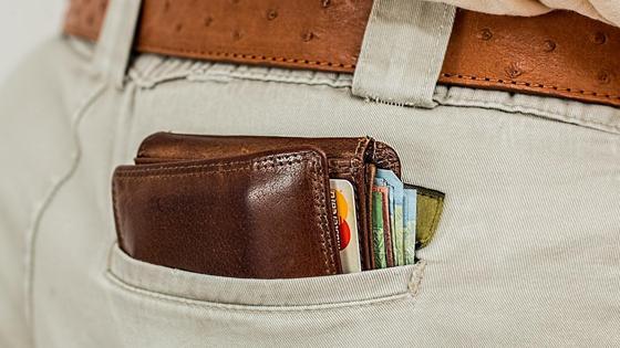 Портмоне с деньгами в кармане брюк