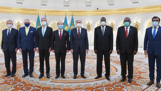 Касым-Жомарт Токаев в окружении послов