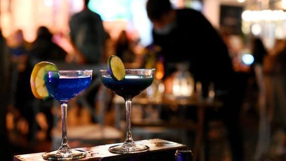 Два бокала с коктейлем стоят на барной стойке