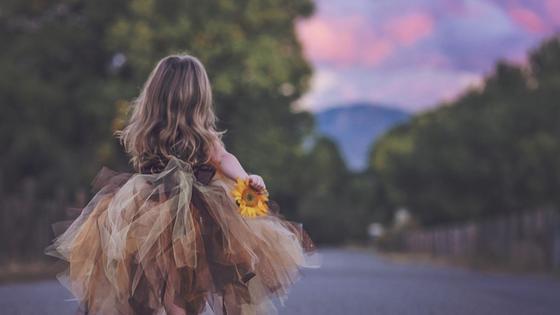 маленькая девочка в пышной юбке