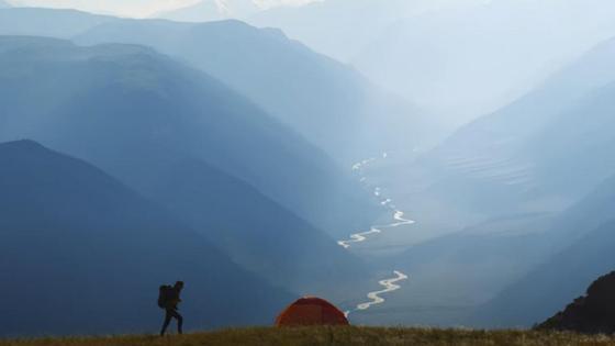 Турист на фоне ущелья в горах