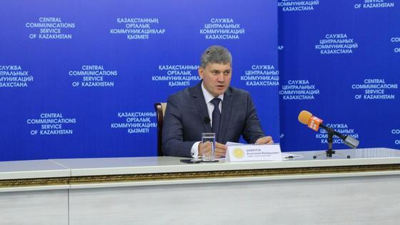 Анатолий Шкарупа сидит за столом