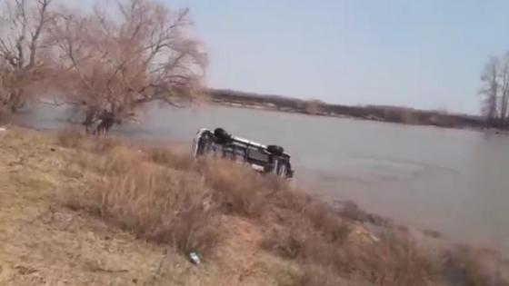 машина лежит в реке
