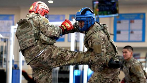 Военные тренируются армейскому бою