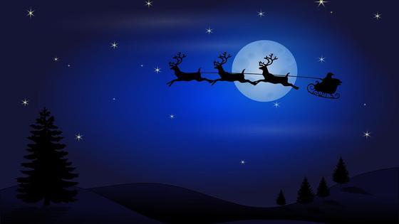 Санта-Клаус с оленями летит в небе