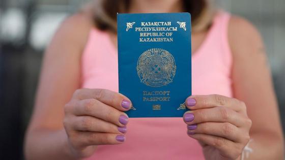 Девушка держит паспорт в руках