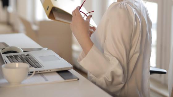 Девушка-секретарь сидит за рабочим столом