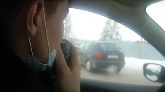 Полицейский преследует машину