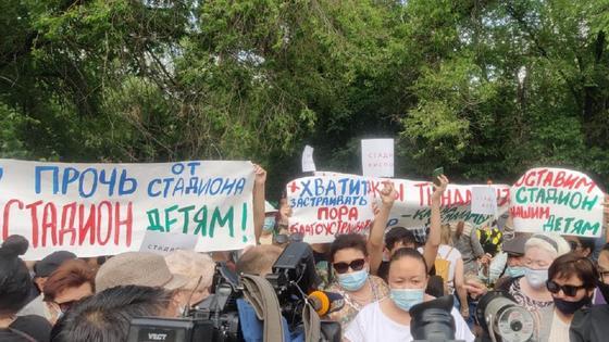 Люди вышли на протест