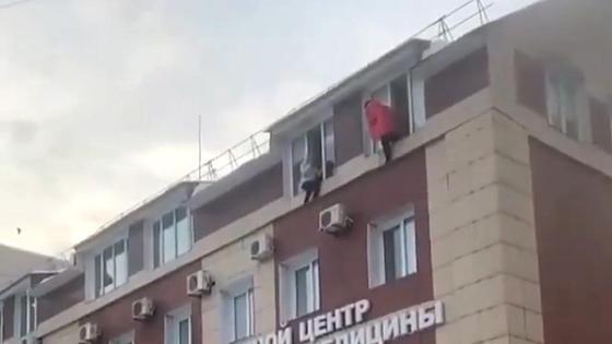 Люди вылезают из окон во время пожара