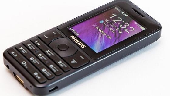 Кнопочный старый мобильный телефон