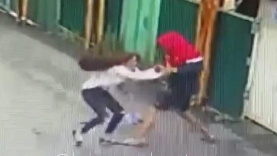 Мужчина пытается отобрать сумку у девушки