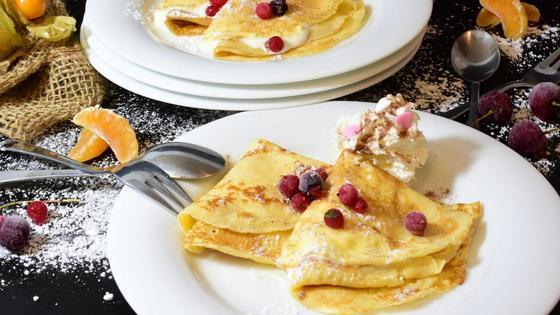 Блины с ягодами на тарелках