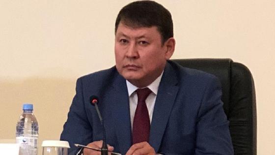 Рустем Елубаев сидит за столом