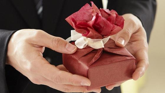 мужчина дарит подарок