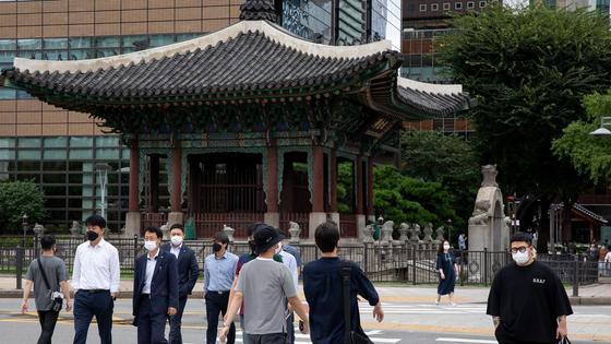 Люди в масках в Южной Корее