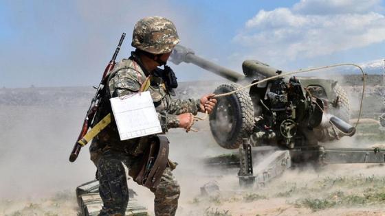 солдат поджигает пулемет