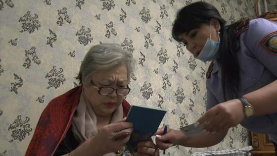 Казахстанка Куляш Абдиева получает новый паспорт