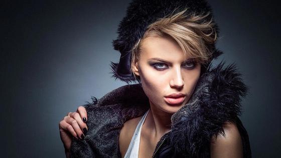 Модная девушка-блондинка в берете