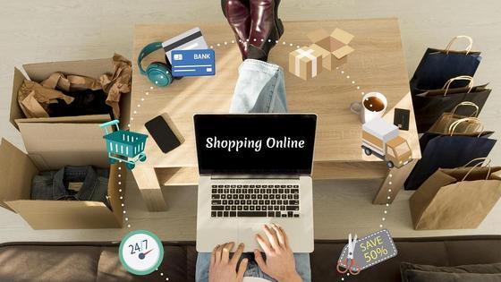 мужчина делает онлайн-покупки через ноутбук