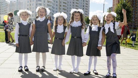 Девочки с бантиками стоят на улице