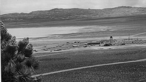 черно-белый снимок военной базы