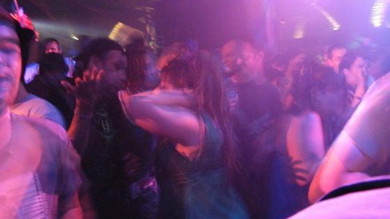 Люди танцуют в ночном клубе