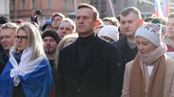 Алексей Навальный в толпе людей