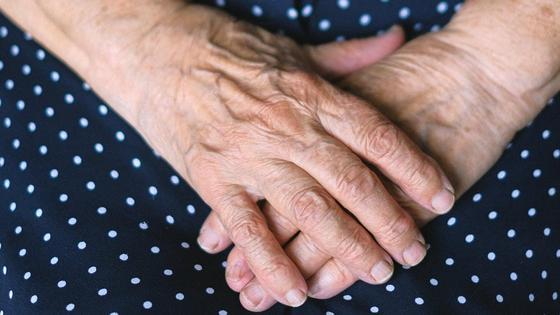Бабушка сложила руки