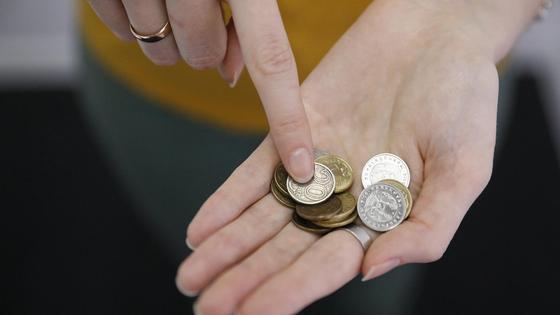 Девушка держит монеты в руках