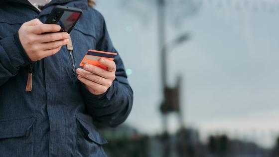 Мужчина делает покупку через интернет