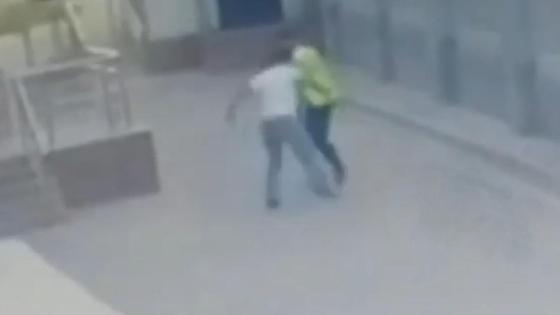 Мужчина преследует полицейского в Алматы