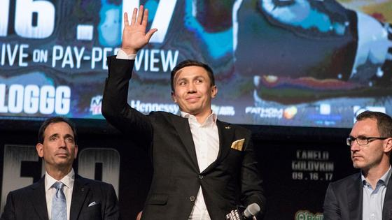 Геннадий Головкин поднимает руку