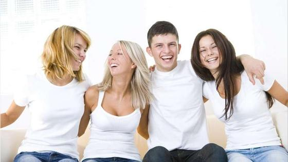 молодежь смеется