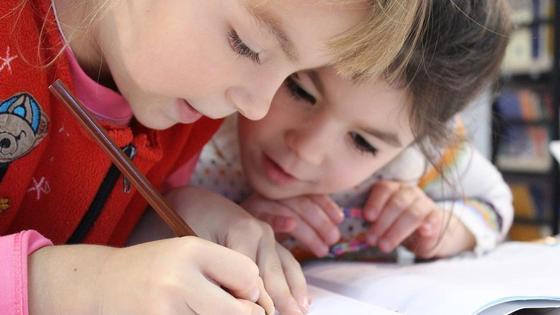 Школьники пишут в тетрадь